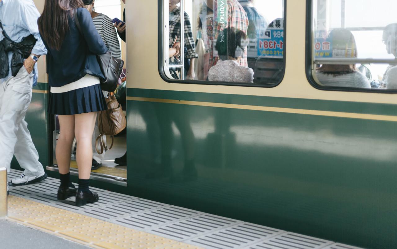 「席を譲ってもらえなかった女子高生」の画像検索結果
